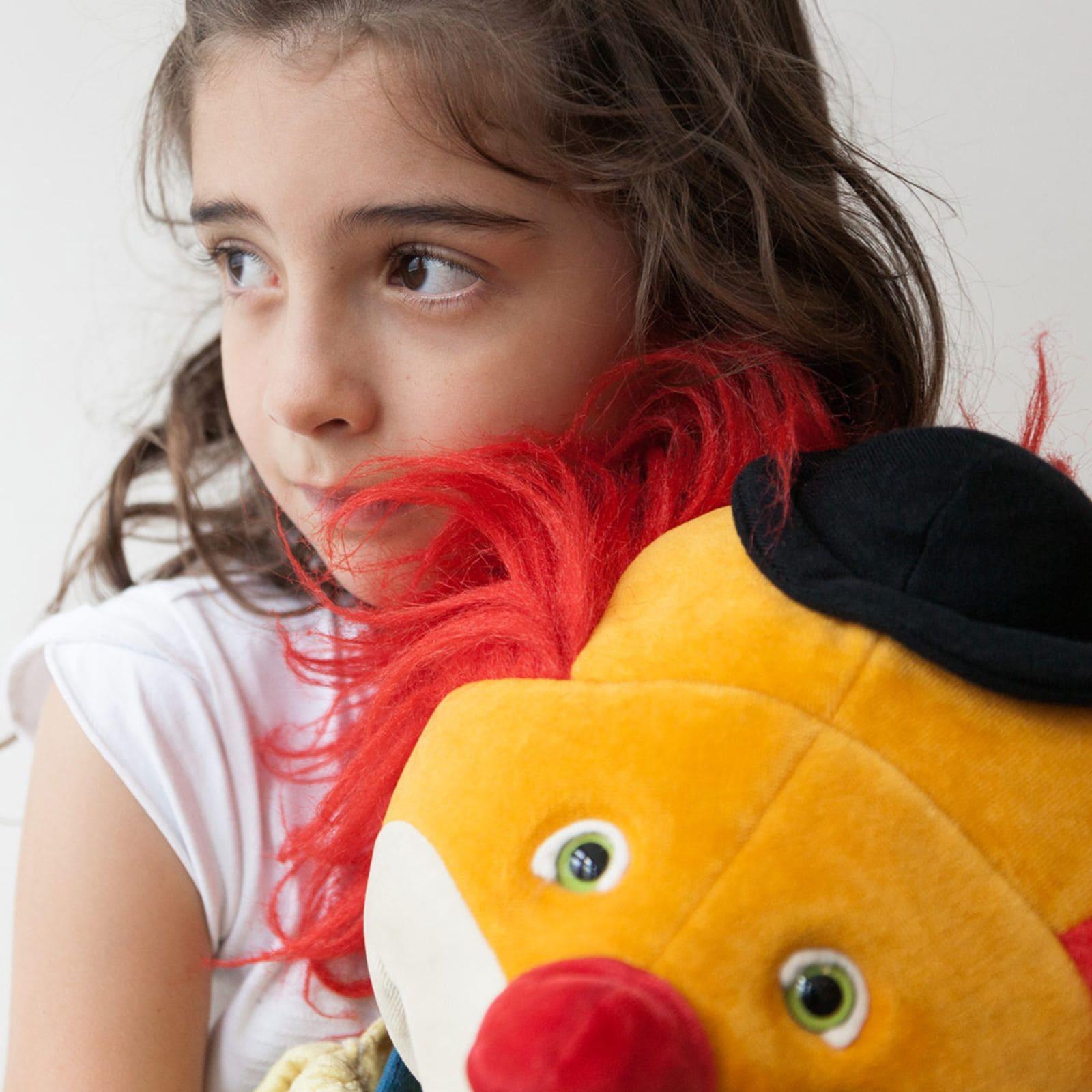 Trauriges Mädchen mit Clown