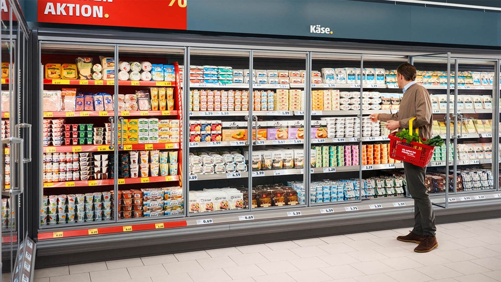 Mann vor Kühlabteilung des neuen Super-Discounts