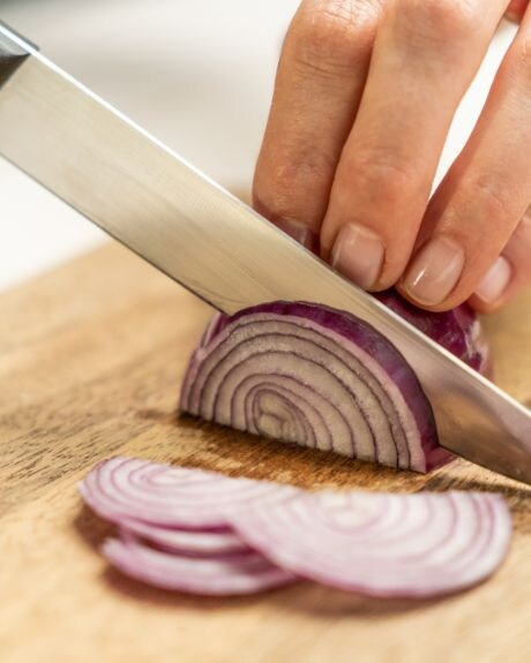 Auf diesem Bild siehst du wie eine Zwiebel geschnitten wird.