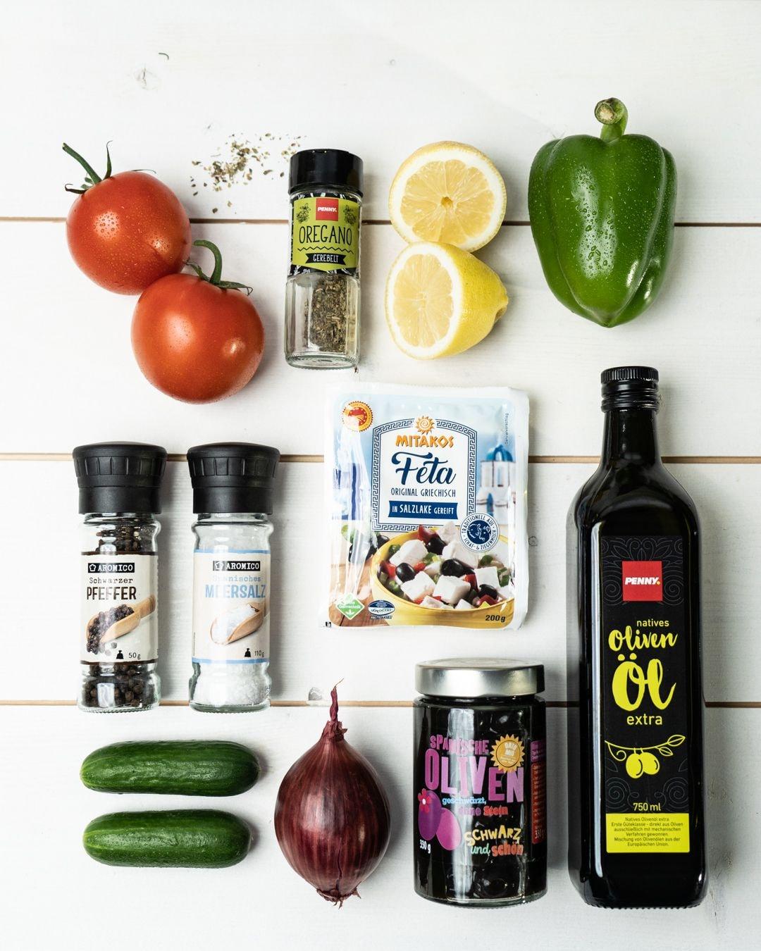 Auf diesem Bild siehst du alle Zutaten für unseren griechischen Salat.