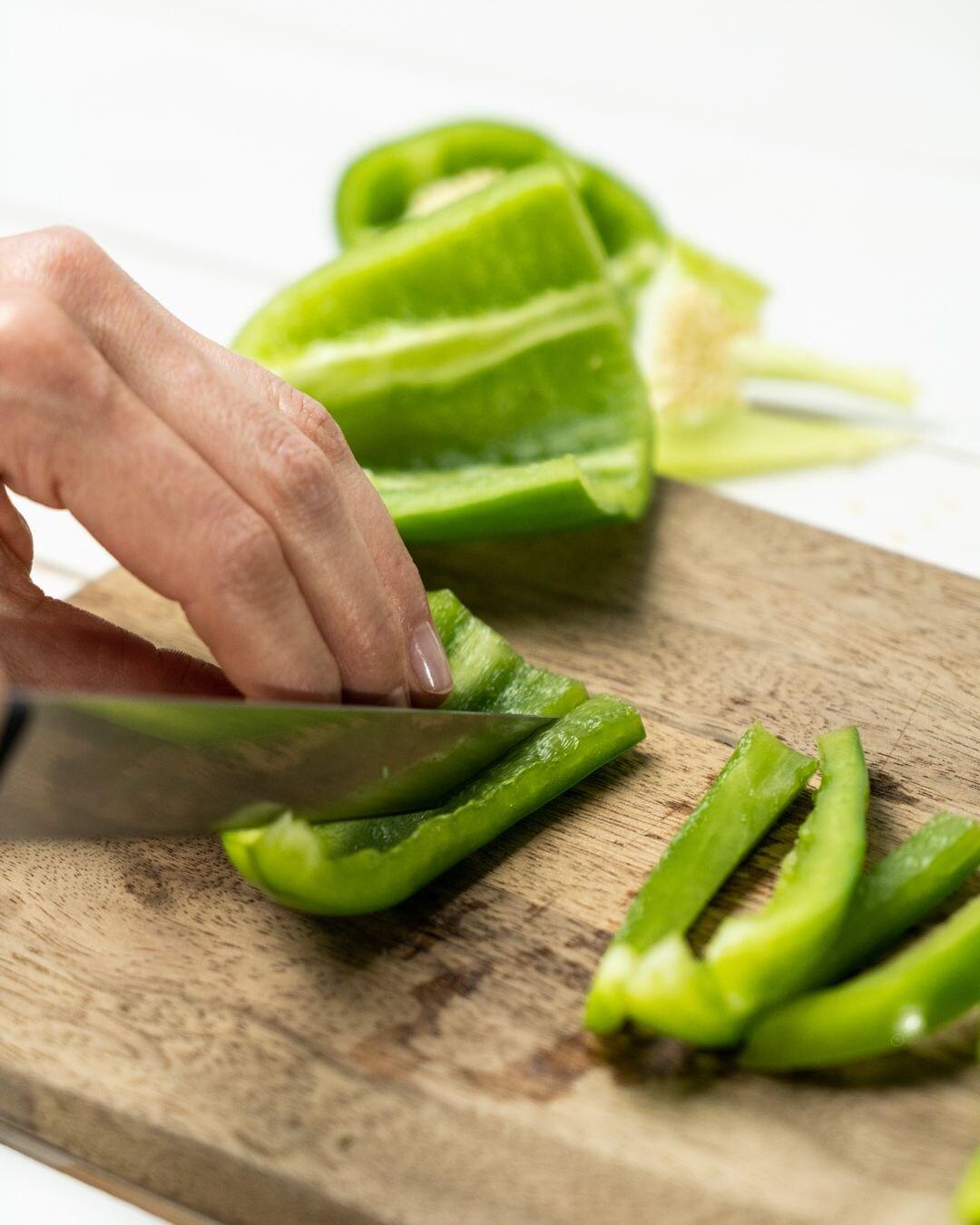 Auf diesem Bild siehst du wie Paprika geschnitten wird.