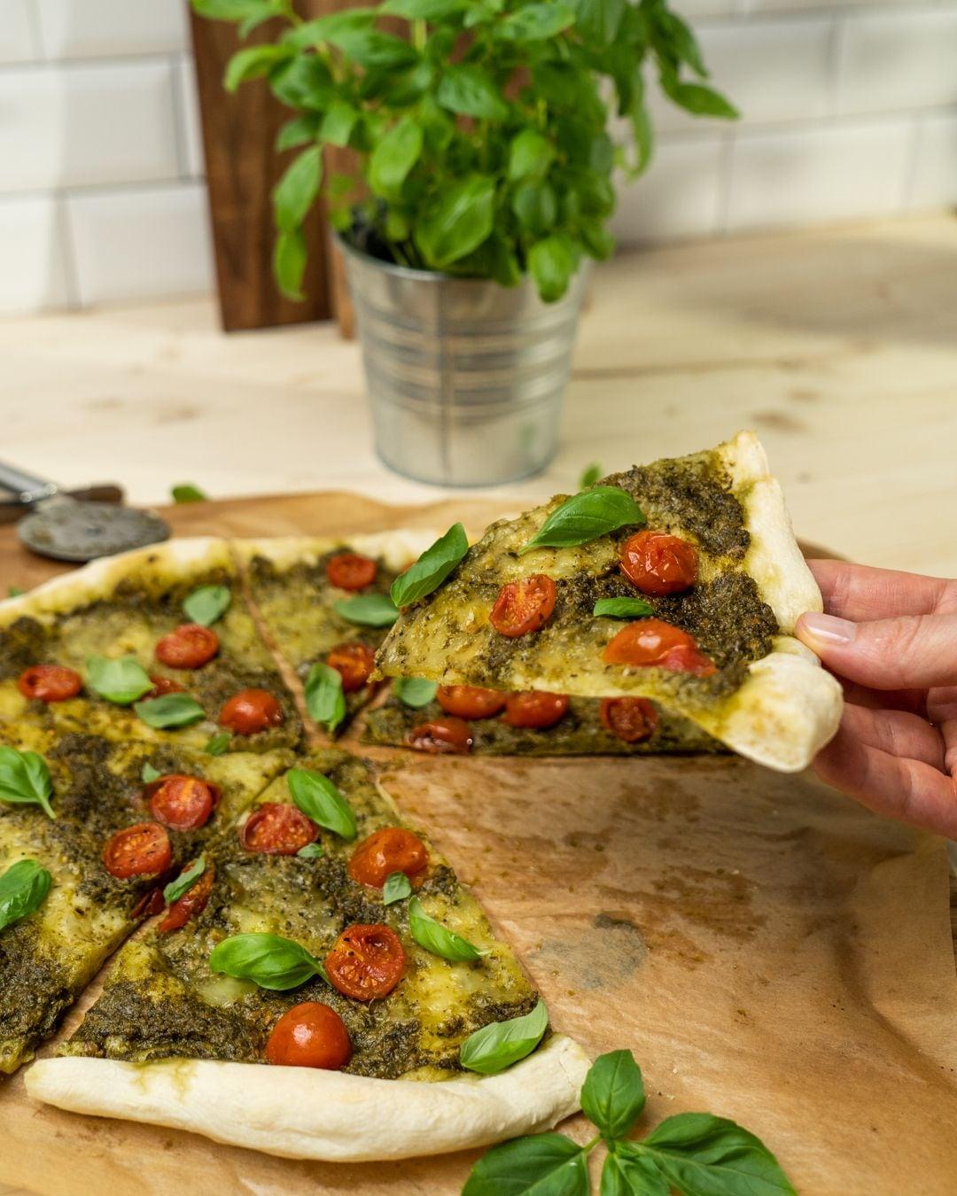 Auf diesem Bild siehst du wie die fertige Pesto-Pizza.