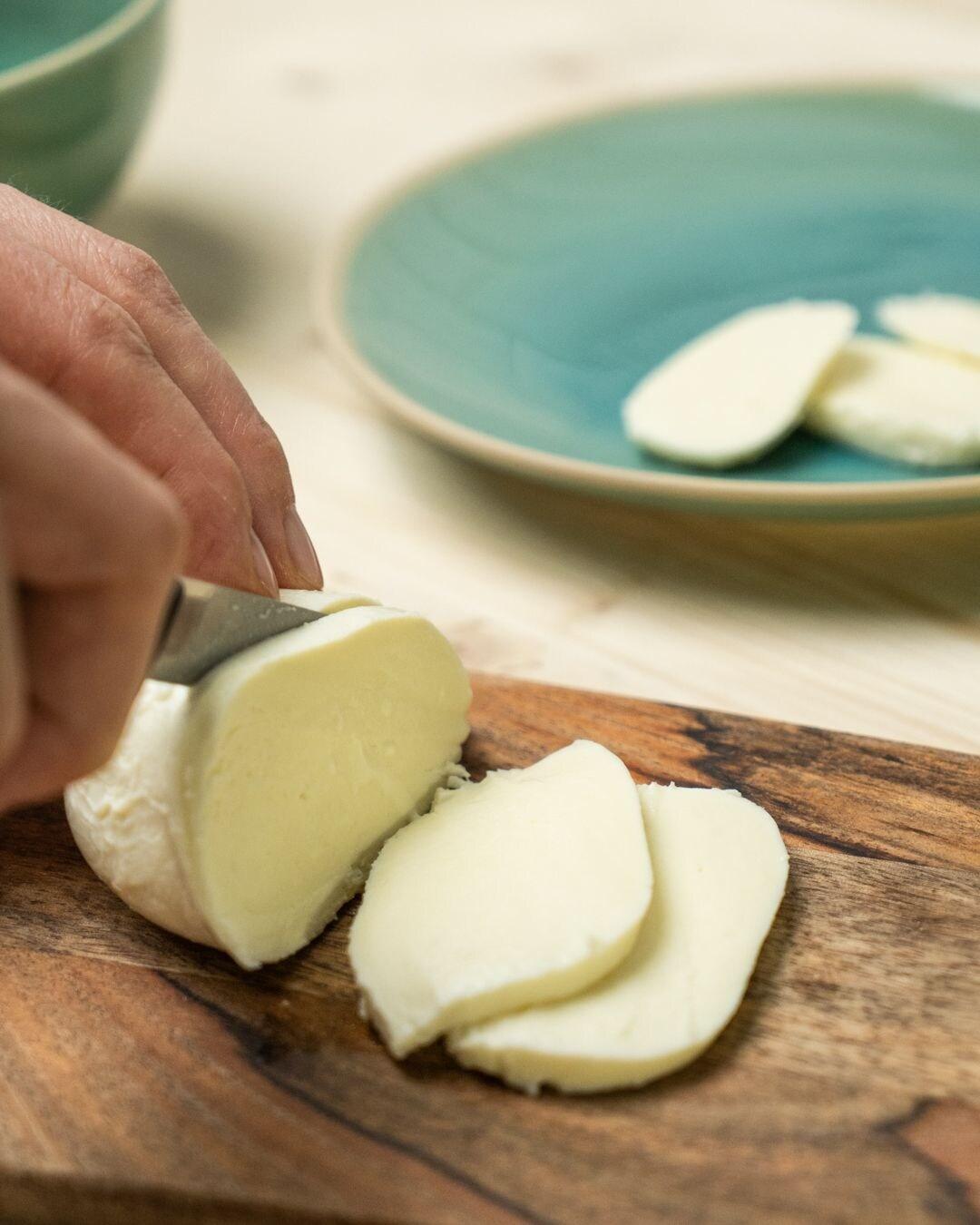 Auf diesem Bild siehst du wie Mozzarella geschnitten wird.