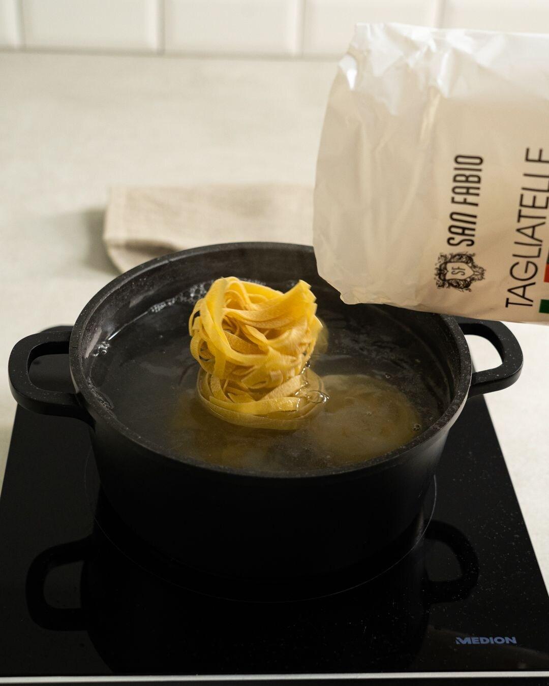Auf diesem Bild siehst du wie Tagliatelle gekocht werden.