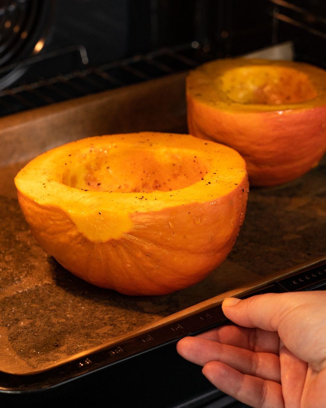 Auf diesem Bild siehst du wie der Kürbis in den Ofen gegeben wird.