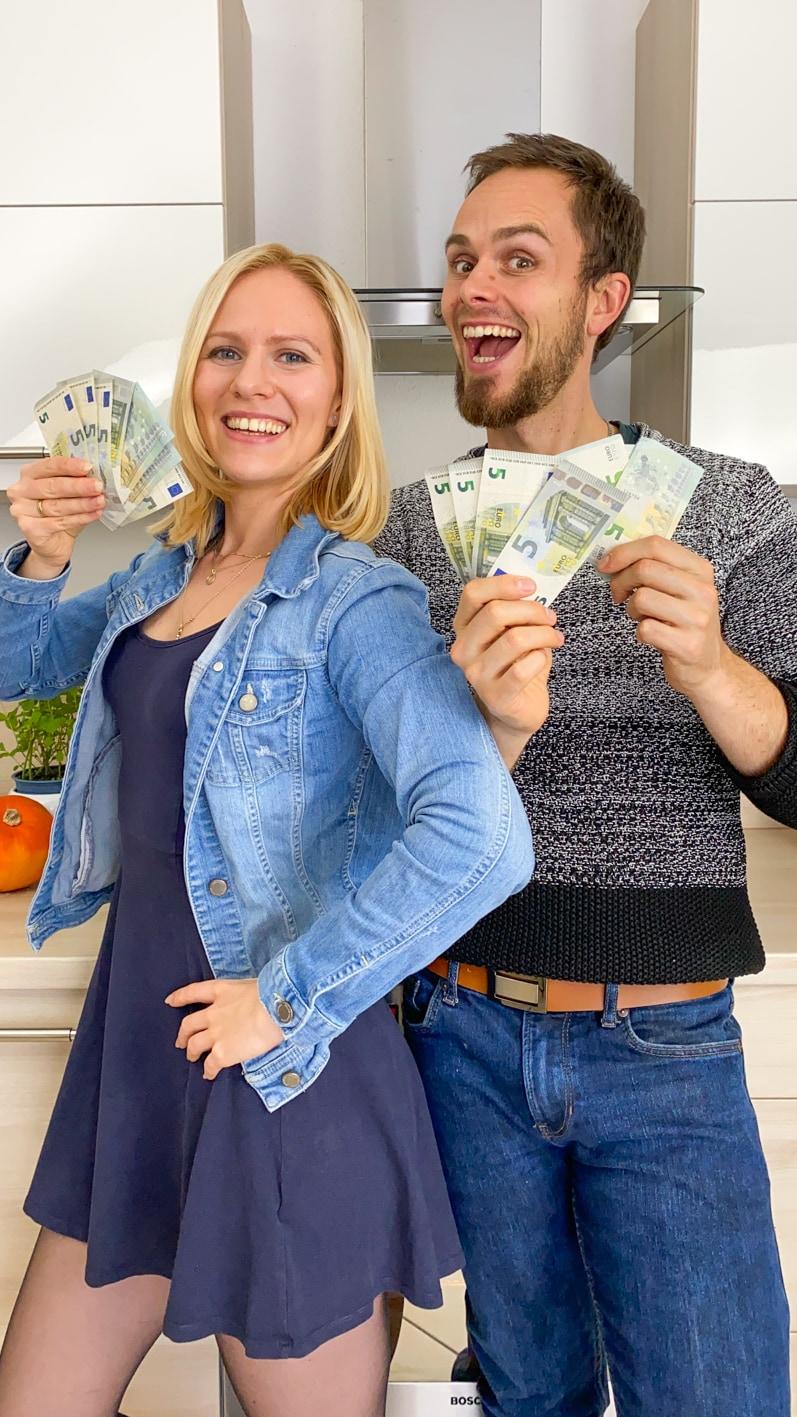 Auf diesem Bild siehst du Milena und Daniel mit vielen 5€ Scheinen in der Hand.