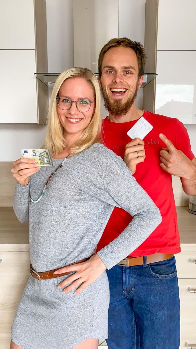 Auf diesem Bild siehst du Milena und Daniel mit einem 5€ Schein.